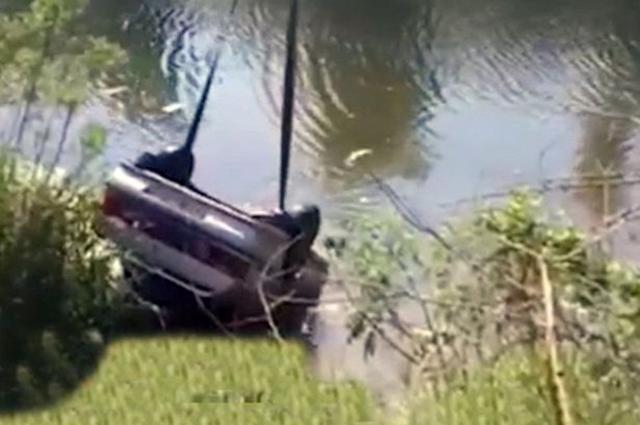 Mulher morre afogada enquanto tinha relação íntima dentro de carro que desengrenou e caiu em rio