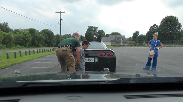 Policial obriga motorista a se ajoelhar, sua namorada caiu em lágrimas quando percebeu o motivo
