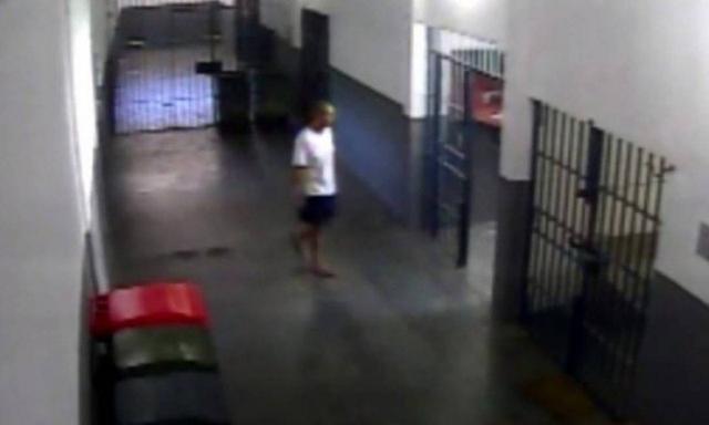Câmeras de segurança de Bangu 8 mostram regalias de Cabral na cadeia