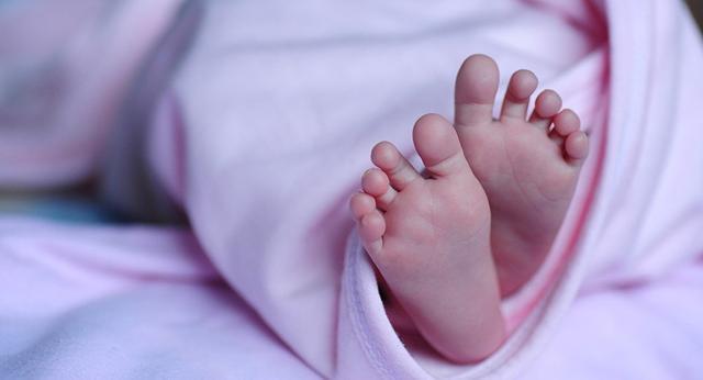 Visita curta ao mundo: bebê 'alienígena' morre na Índia (VÍDEO)