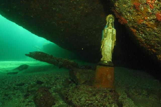 Mergulhadores encontram estátua de santa no fundo do mar, em Florianópolis