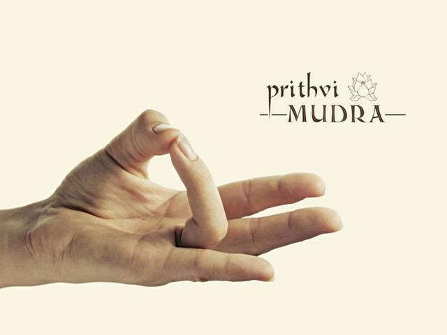 Try out these 5 hand mudras to de-stress anywhere, anytime!_