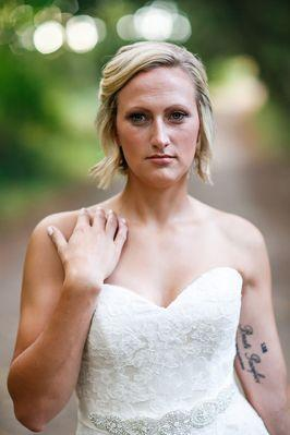Tragic death prompts bride to pose for wedding photos alone_