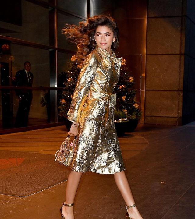 b84744b05d Fans Are Drooling Over Zendaya s All Gold Outfit 国际 蛋蛋赞