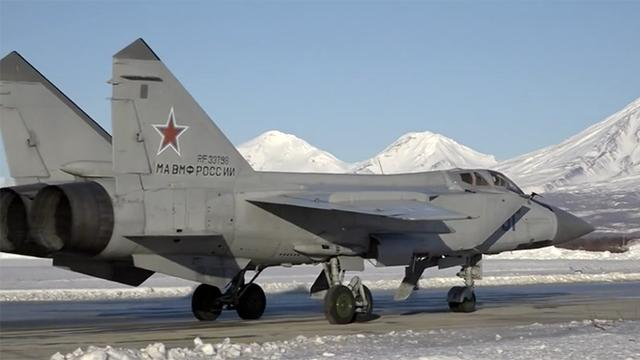 Russian supersonic MiG-31s face off in stratosphere training