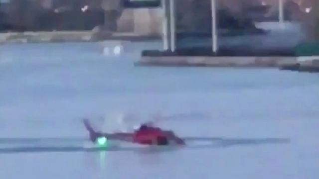 At least 2 dead after helicopter crashes in east river off Manhattan, New York (VIDEO)