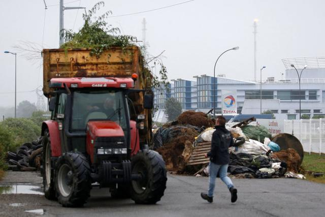 French farmers suspend fuel blockades after government gesture