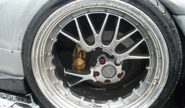 10 Heart Breaking Images Of Broken Car Rims