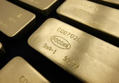 Gold Prices Drop as Dollar Remains Near Three-Week High