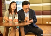 Samsung CEO DJ Koh photographed using a Galaxy Note 9 in public