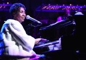 Beyoncé Honors Ailing Aretha Franklin at Detroit Concert