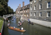 Tourists and Locals Enjoy the Warm Weather in Cambridge