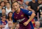 Barcelona midfielder Rakitic reacts to contract blow...