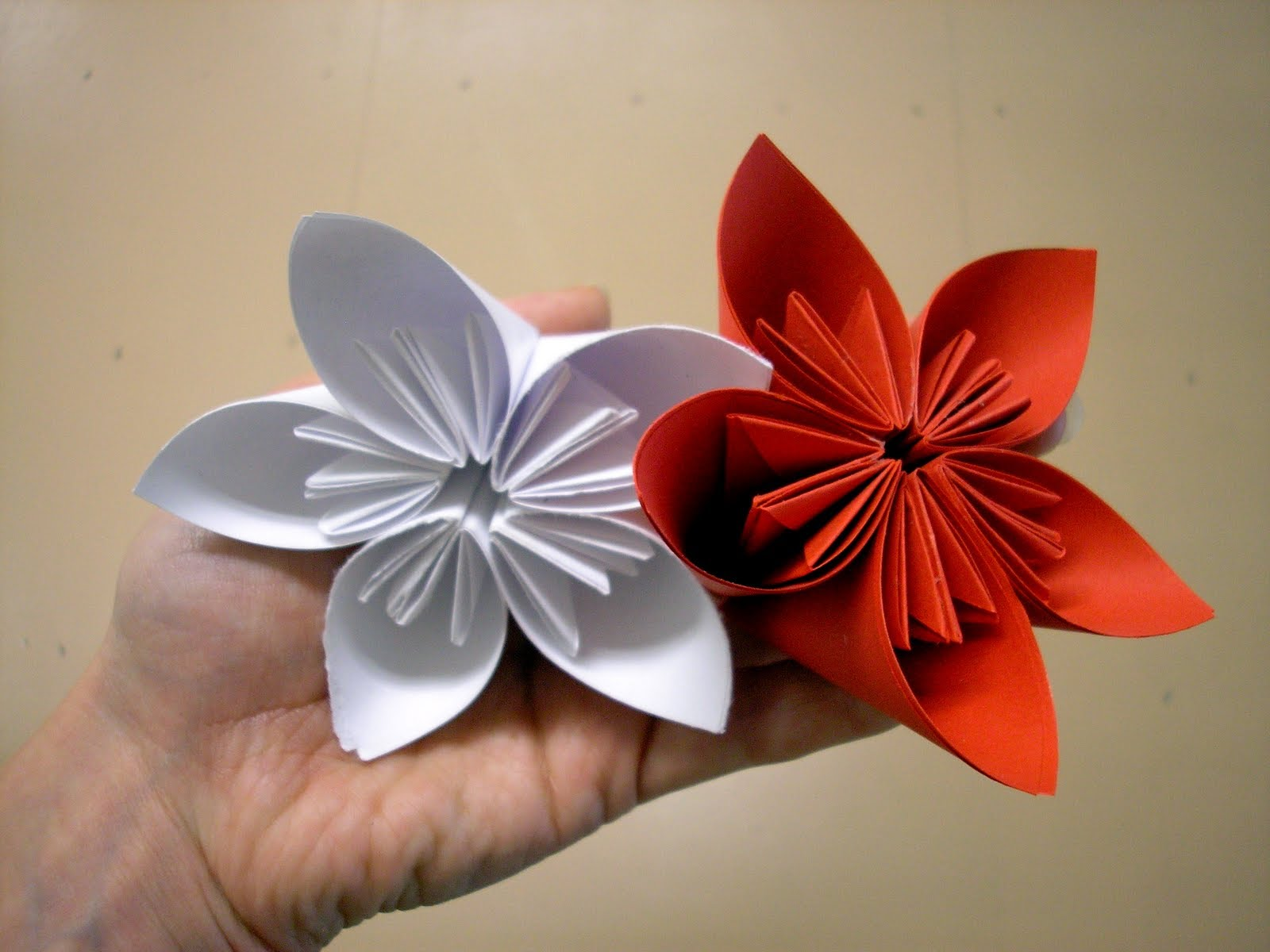 Белый цветок оригами из бумаги