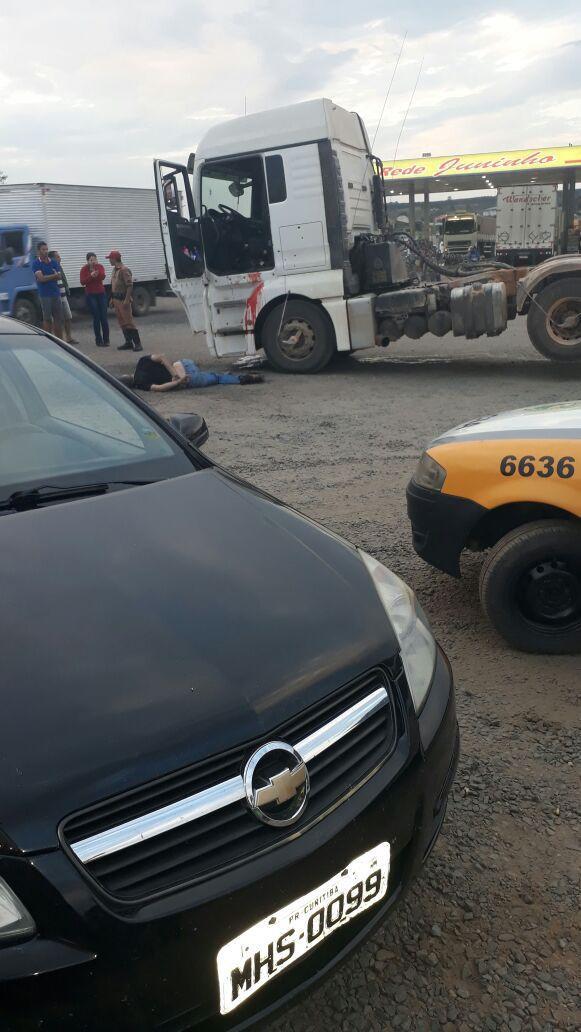Video registra caminhoneiro atirando contra PMs em posto de combustíveis no Paraná