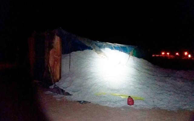 Carreta com carga de sementes de algodão tomba na BR-242 em Luís Eduardo Magalhães, oeste da Bahia