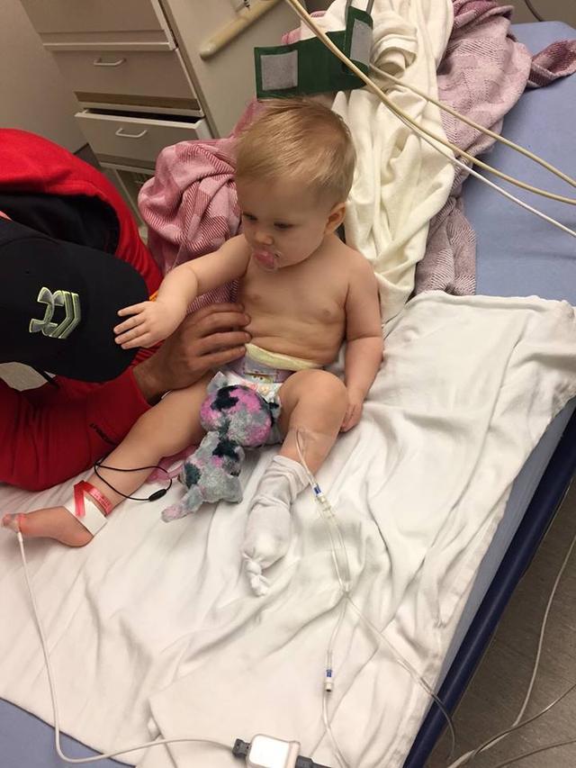 Mãe medica filha que chora com dor. Mas, o que vê em sua fralda a faz correr ao hospital