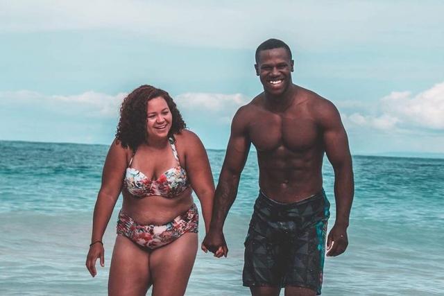 Foto de casal na praia se torna viral por um grande motivo!