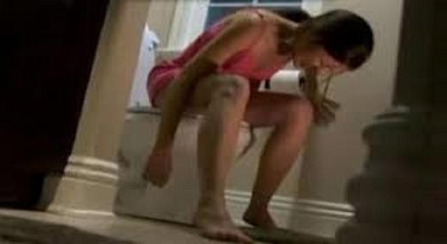 Mulher grita de dor no banheiro e quando seu marido descobre o motivo ele fica surpreso.