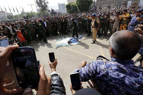 O homem que estuprou e matou uma garota de 3 anos é chicoteado, depois vários tiros na frente de milhares de pessoas