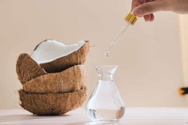 Die Verwendung von Kokosnussöl als Einlauf verhindert ...
