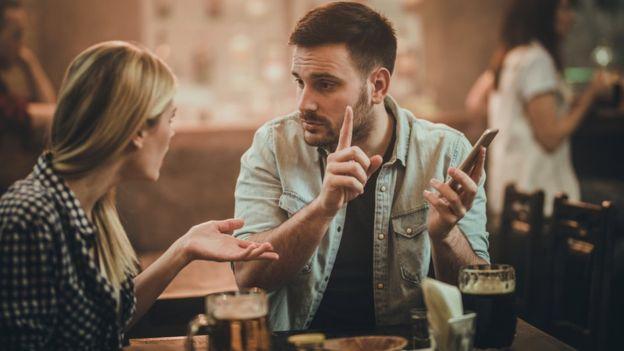 Relacionamento abusivo: 8 sinais de que o parceiro está tentando usar controle psicológico