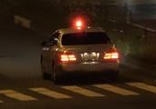 覆面パトカーの目の前で信号無視したPRIUSとプリウスαを二台まとめて検挙する交通機動隊!