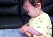 赤ちゃんがガチャガチャのアンパンマンで嬉しそう(*^^*)