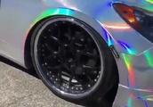 【虹色にペイントされた車が凄いと話題に…】