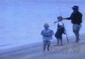 女の子がペリカンに魚ごと手を食べられるGIF画像