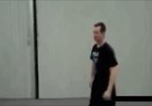 突然男性に向かって大きなボールがぶつかって飛ばされるGIF画像