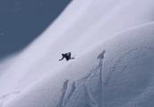 大自然の中でスノーボードをしている男のダイナミックトリックGIF画像