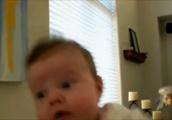 目を大きく見開く赤ちゃんGIF画像