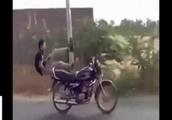 乗っていた人が落ちた後も走り続けるバイクのGIF画像