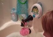 お風呂に浸かる赤ちゃんがシャボン玉を怖がって泣き出すGIF画像