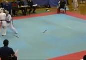 小柄な選手が胴廻し回転蹴りを決めるGIF画像