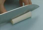 包丁で白ネギを切っている場面のGIF画像