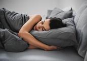 新しい場所で初めて眠るとき、人間の脳は半分覚醒したままの状態にある(米研究)